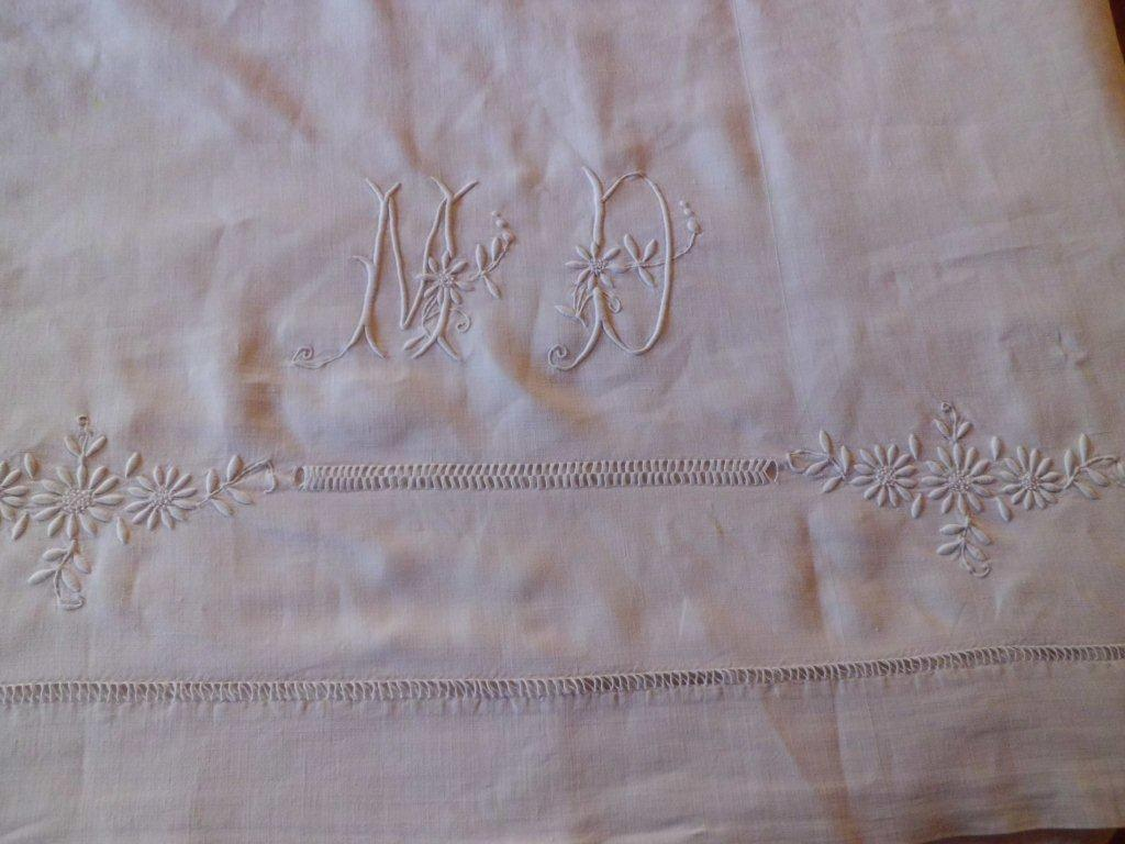 797755242f008 (BL 1 avril 23 13) embroidered sheet with daisys and pulled work in linen  and cotton